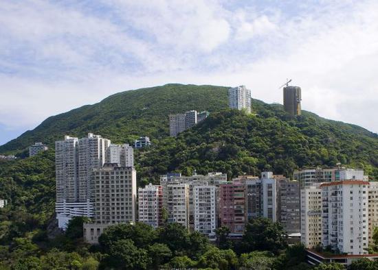 原料图片:香港港岛半山上的豪宅。(新华社)