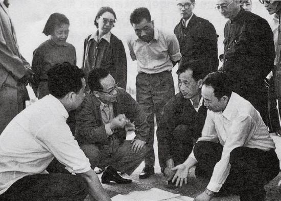 1983年,谷牧(前排左二)在广东汕头考察基础设施建设情况。