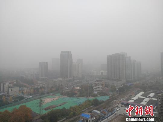 图为12月1日,受雾霾天气影响,武汉市武昌区幼东门区域能见度矮 罗一 摄