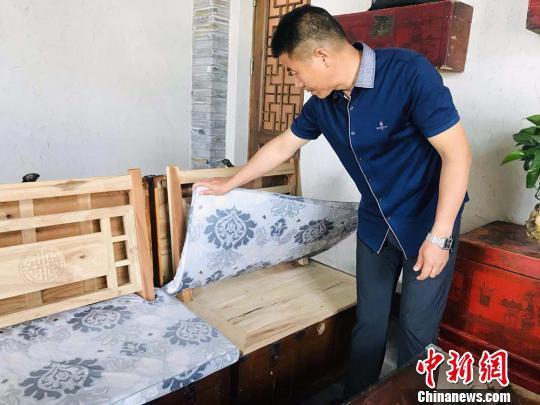 """图为""""博物馆餐厅""""中由老箱子制成的沙发。 艾庆龙 摄"""