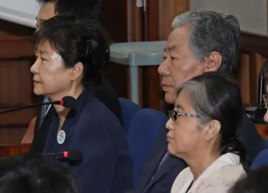 去年5月23日,朴槿惠与崔顺实并肩受审 图自韩媒