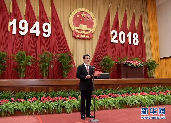9月30日晚,国务院在北京人民大会堂举行国庆款待会,热烈庆贺中华人民共和国成立六十九周年。中共中央政治局常委、国务院副总理韩正掌管款待会。 新华社记者 李学仁 摄