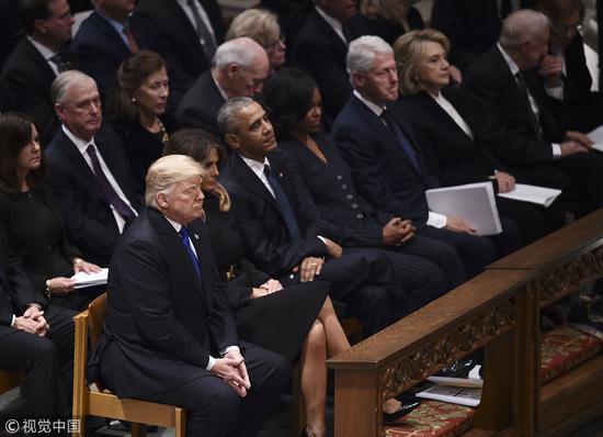 老布什的国葬仪式在华盛顿国家大教堂举走,特朗普夫妇与克林顿夫妇全程零交流。(视觉中国)