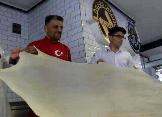 资料图片:土耳其大厨阿卡尔制作土耳其馅饼视频截图之一。(图片来源于网络)