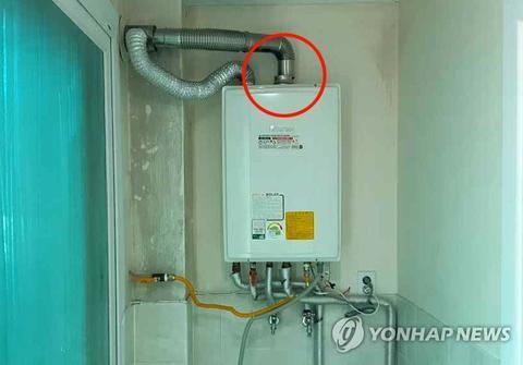 原料图:事发度伪村的燃气暖炉与排气管连接变态。(韩联社)