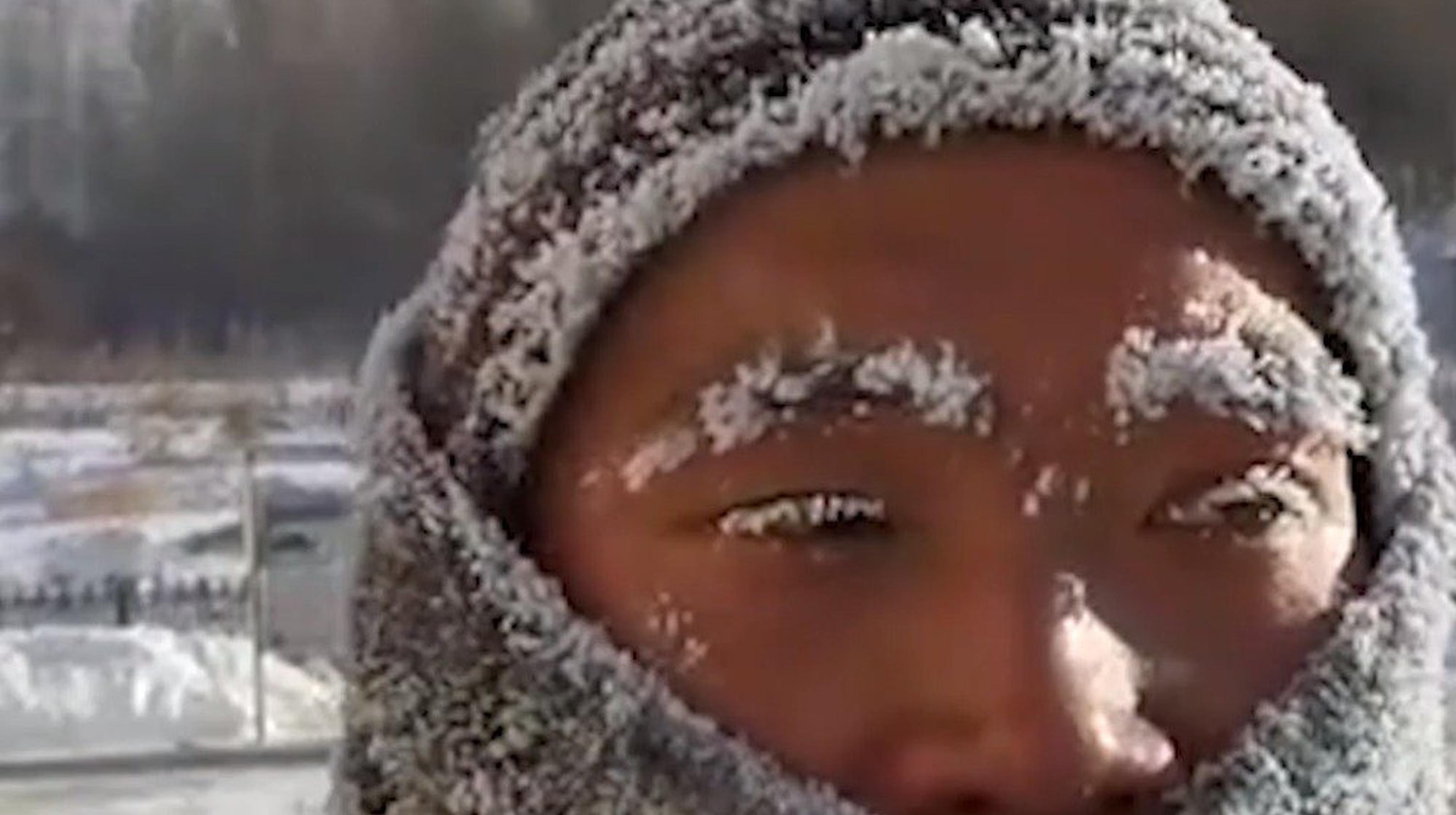 心疼!消防员零下30度冻出冰雪妆