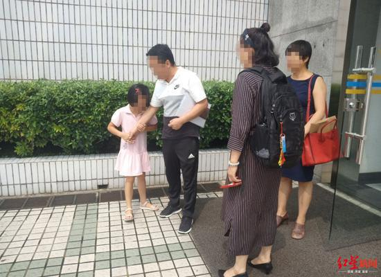 22日,沐沐躲在父亲后面不愿意见妈妈