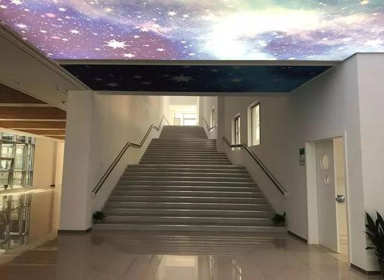 天爱职业教育学校的大厅,楼梯分外宽。 张凌云 摄