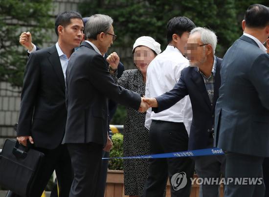 4日,李明博出庭前,与支持者握手交谈(韩联社)