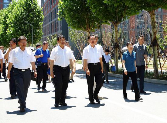 贺国强回母校 教育部副部长朱之文陪同参观