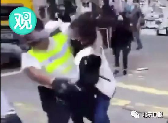 白衣示威者与警长发生纠缠