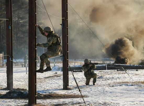 乌克兰军队在俄乌边境进走军演,波罗申科现场不益看摩。(图源:路透社)