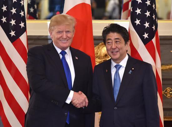 当地时间2017年11月6日,日本东京,日本首相安倍晋三与美国总统特朗普举行正式会晤。