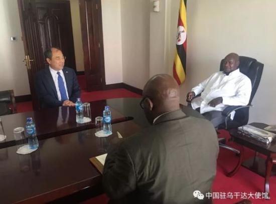 ▲11月13日,郑竹强大使向乌干达总统穆塞韦尼通报中企安全状况,并转交中企请愿书。