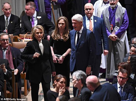 切尔西与父母一路参添老布什的国葬仪式。(每日邮报)