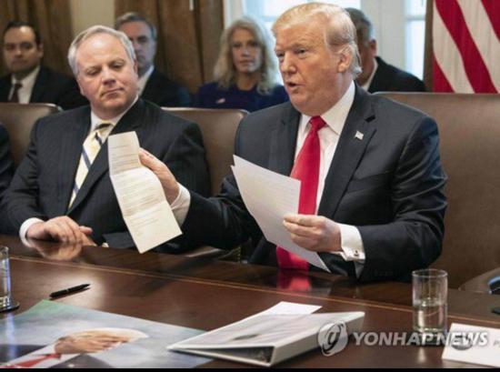 特朗普展现金正恩信件。(韩联社)