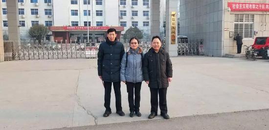▲1月29日下午,宣判无罪后,张玉玺和辩护律师郑晓静、徐昕在夏邑县法院门口合影。