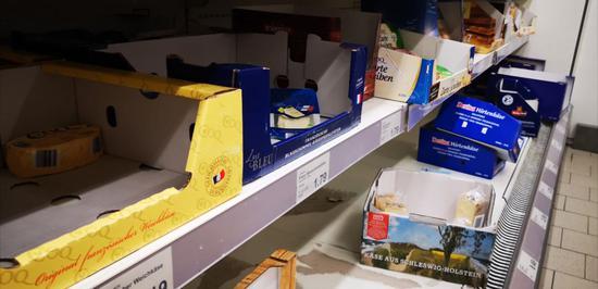 德国超市被抢购一空。图源:外媒