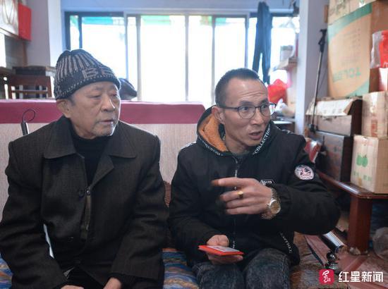 ▲唐昌文(右)介绍当时的情况