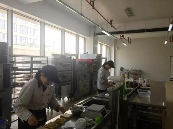 烘焙课前,老师正在准备。 张凌云 摄