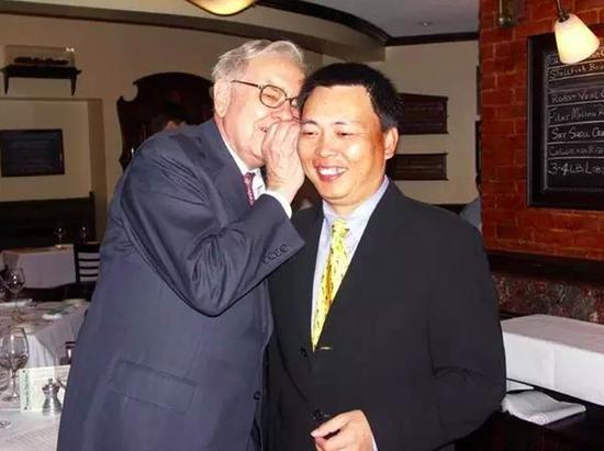 这些华人富豪花百万美元和巴菲特吃饭:有人正被查巴菲特华人富豪朱晔