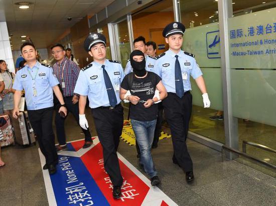 """8月7日,""""联璧金融""""负责人侬某被警方押解回沪。 本文图片均为上海警方提供"""