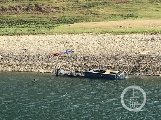 5月24日,贵州贞丰县发生侧翻事故的渔船被拖到了岸边。 本文图片均来自上游新闻(除标注外)
