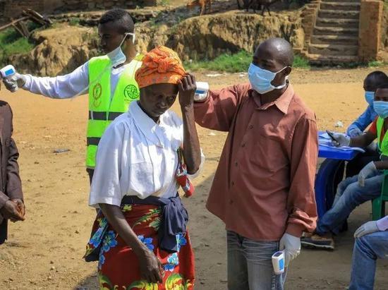 2019年6月12日,在刚果(金)卡辛迪,人们接受体温检测。新华社/美联