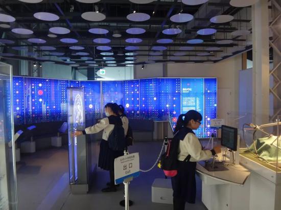 在日本科学未来馆参观的中学生