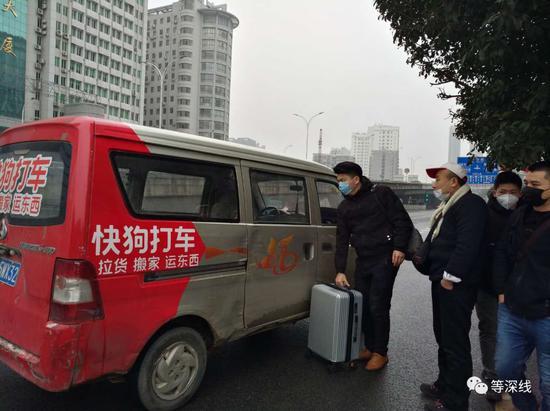 不甘被宰的乘客叫了一辆卡车离站。《等深线》记者王迎春摄