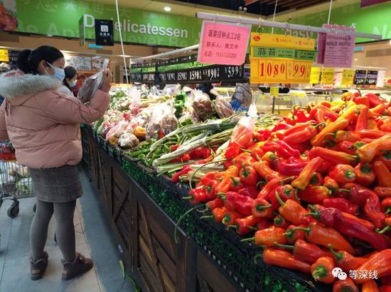人们正在采购。图为武汉某大型连锁超市生鲜区。《等深线》记者王迎春摄