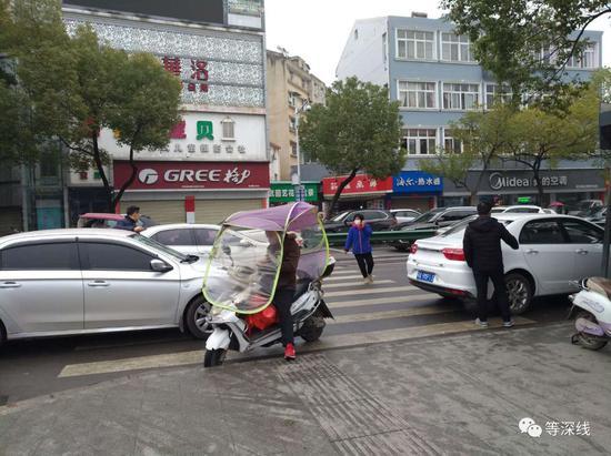 一位私家车车主向同行夸耀提早加满了油。《等深线》记者王迎春摄