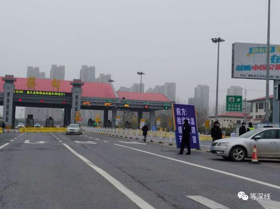 汉蔡高速进主城区进口,作业人员正在劝导车辆脱离。《等深线》记者王迎春摄