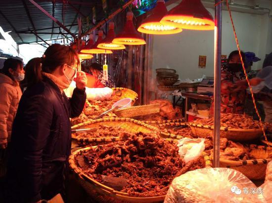 作为武汉重要的过年菜,卤菜档口仍很热烈。《等深线》记者王迎春摄