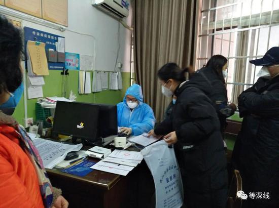 一名急诊科医师正在埋首作业 《等深线》记者王迎春摄