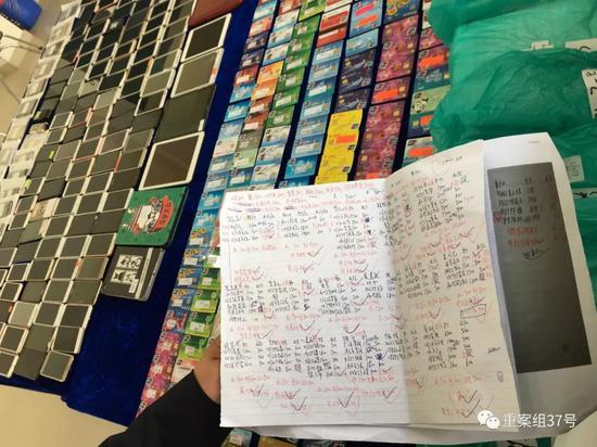 ▲深圳警方查获该团伙大量银行卡、手机、电脑和账单。新京报记者宋超摄