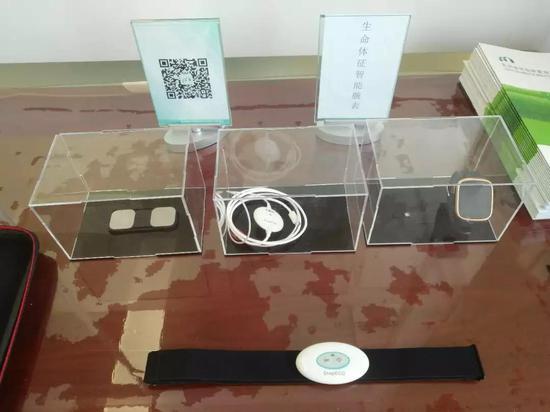 门诊内展示的生命体征智能腕表