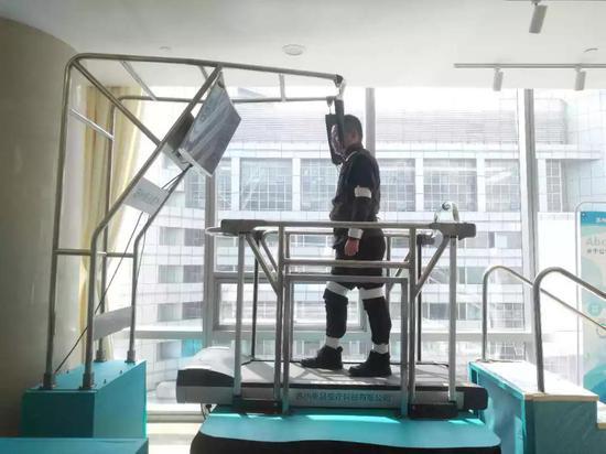 老年人跌倒检测与训练机器人:无跌倒、不骨折