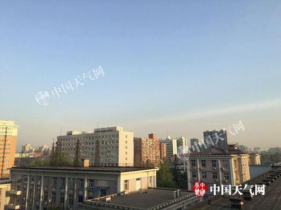今晨,北京天空晴朗。