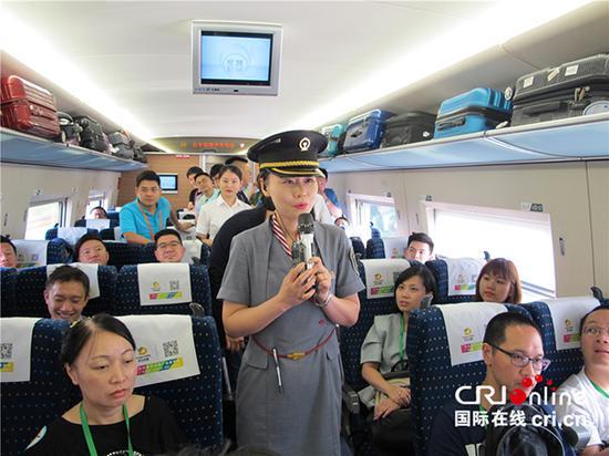 列車長和車組人員針對團員的問題給出了全面專業的回答。