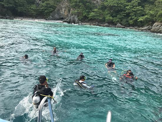 7月8日,在泰国普吉,来自民间的公羊救援队与普吉蓝海救援队成员参与救援。