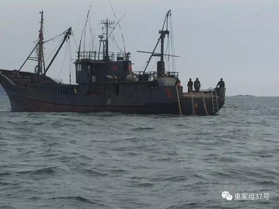 ▲江蘇連雲港前島公司的工作人員在爭議海域拍攝到的山東籍漁船。 受訪者供圖