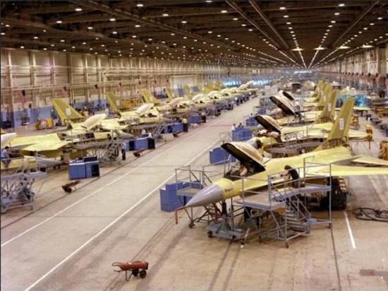 资料图片:美国洛克希德-马丁公司的F-16战机装配车间。(图片来源于网络)