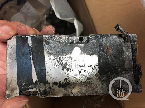火灾中燃烧事后的锂电池形式残留着CW 标识。