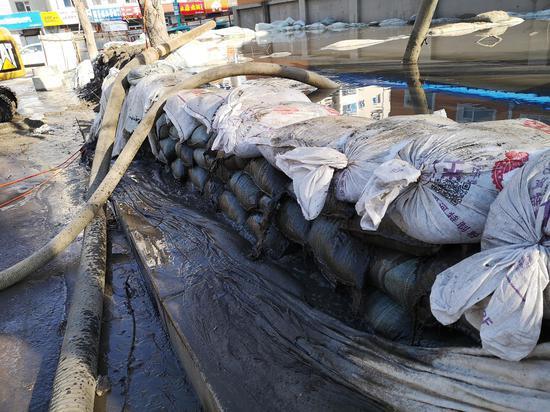 11月18日,龙山实验私塾附近的神仙河桥东侧,竖井里的暗水被水泵抽入一时蓄水池,蓄水池在向外溢水。新京报记者 段睿超 摄