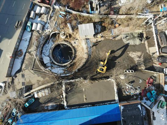 11月18日,龙山实验幼学附近的神仙河桥东测,竖井里的暗水被水泵抽到了路边的一时蓄水池里。新京报记者 李宁远 摄