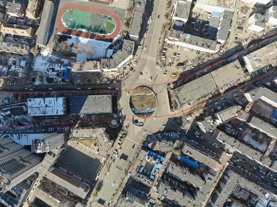11月18日,吉林辽源市双桥转盘两侧的河道被修建十足遮盖。红线内为跨河修建,南北绵延出约一公里。新京报记者 李宁远 摄