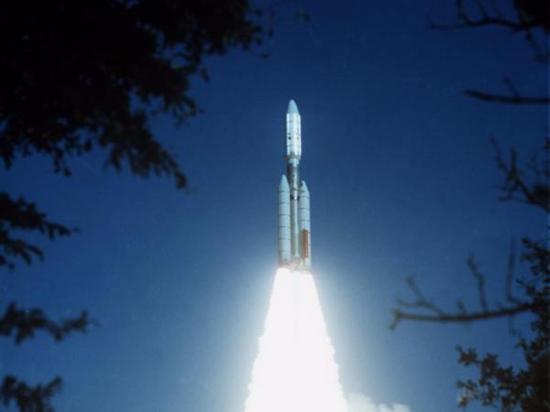 """1977年,美国""""大力神""""火箭将""""旅走者""""送入太空"""
