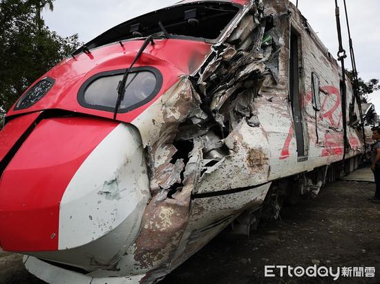 10月21日下昼,台湾铁路一辆普悠玛列车发生翻车事故。(东森消息云)