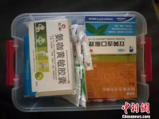 图为家里常用药药盒。 谢艺不都雅 摄